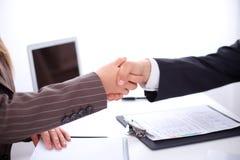 Бизнесмены тряся руки, стоя Стоковая Фотография RF