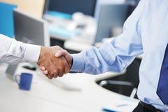 Бизнесмены тряся руки Стоковая Фотография RF
