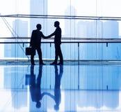 Бизнесмены тряся руки Стоковое Изображение RF