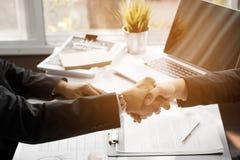 Бизнесмены тряся руку для того чтобы объединить и общаться в деле s Стоковое фото RF