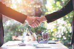 Бизнесмены тряся руку после делают коммерческую сделку Концепция o Стоковое Изображение