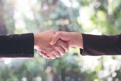 Бизнесмены тряся руку после делают коммерческую сделку Концепция o Стоковые Фотографии RF