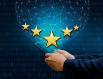 Бизнесмены указывая 5 звезд звезды поддерживают корпоративный держатель телефона оценок Стоковое Изображение RF