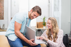 Бизнесмены усмехаясь и работая вместе с компьтер-книжкой Стоковые Фото