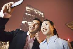 2 бизнесмены усмехаясь и фотографируя с телефоном Стоковая Фотография