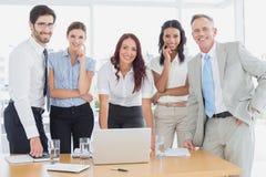 Бизнесмены усмехаясь на камере Стоковое Изображение