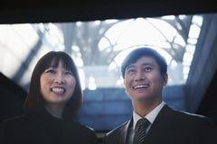 2 бизнесмены усмехаясь совместно, портрет, Пекин Стоковое Изображение RF
