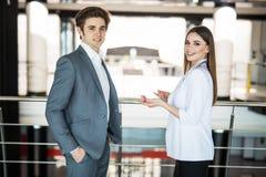 бизнесмены успешной команды 2 бизнесмена отдыхая и говоря в офисе встреча informan человека и женщины busin Стоковая Фотография RF