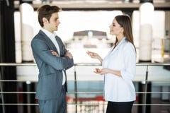 бизнесмены успешной команды 2 бизнесмена отдыхая и говоря в офисе встреча informan человека и женщины busin Стоковое фото RF
