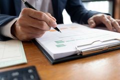 Бизнесмены, финансы, учитывая работа, чековые счеты, используя калькуляторы и данные по обнаружения стоковые фото