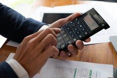 Бизнесмены, финансы, учитывая работа, чековые счеты, используя калькуляторы и данные по обнаружения стоковое изображение