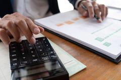 Бизнесмены, финансы, учитывая работа, чековые счеты, используя калькуляторы и данные по обнаружения стоковая фотография