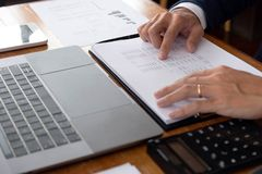 Бизнесмены, финансы, учитывая работа, чековые счеты, используя калькуляторы и данные по обнаружения стоковые изображения rf