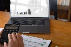 Бизнесмены, финансы, учитывая работа, чековые счеты, используя калькуляторы и данные по обнаружения стоковое фото