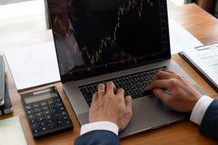 Бизнесмены, финансы, учитывая работа, чековые счеты, используя калькуляторы и данные по обнаружения стоковое изображение rf