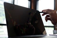 Бизнесмены, финансы, учитывая работа, чековые счеты, используя калькуляторы и данные по обнаружения стоковая фотография rf