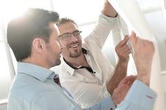 Бизнесмены фонового изображения 2 обсуждая новый проект Стоковое фото RF