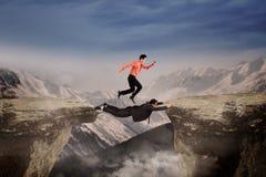 Бизнесмены через зазор с рискованным Стоковое Фото
