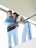 Бизнесмены читая документы в балконе офиса Стоковое фото RF