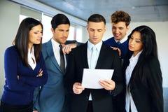 Бизнесмены читая документ Стоковое Фото