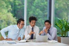 Бизнесмены читая электронные почты стоковая фотография rf