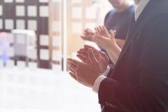 Бизнесмены clapping руки Концепция семинара деловой встречи стоковые изображения rf