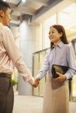 2 бизнесмены handshaking вне офиса Стоковые Фото