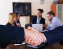 Бизнесмены handshaking Стоковая Фотография