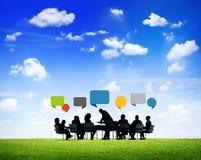 Бизнесмены Outdoors работают вокруг стола переговоров Стоковая Фотография