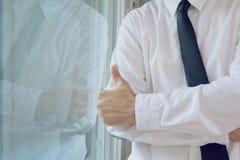 Бизнесмен давая большой палец руки вверх как знак подтверждения Стоковое Изображение