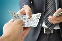 Бизнесмен давая деньги - доллар Соединенных Штатов (USD) Стоковая Фотография RF