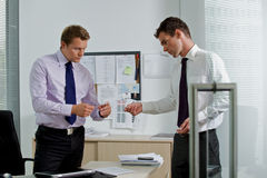 Бизнесмен давая карточку посещения к коллеге Стоковые Изображения RF
