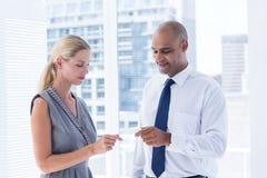 Бизнесмен давая малый бумажный лист к его коллеге Стоковое Фото