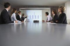 Бизнесмен давая представление в конференц-зале стоковая фотография rf