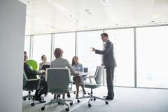 Бизнесмен давая представление в конференц-зале Стоковые Фотографии RF