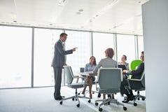 Бизнесмен давая представление в конференц-зале Стоковое фото RF