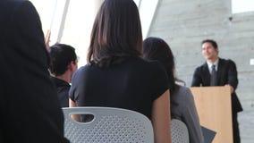 Бизнесмен давая представление на конференции видеоматериал