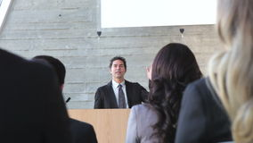 Бизнесмен давая представление на конференции сток-видео