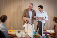 Бизнесмен давая представление с коллегой Стоковые Изображения RF
