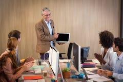 Бизнесмен давая представление с коллегой Стоковое Изображение RF
