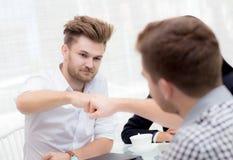 бизнесмен давая рему кулака после достижения дела в конференц-зале стоковые изображения rf