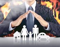 Бизнесмен, автомобиль, семья, дом с предпосылкой огня стоковое фото rf