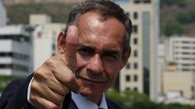 Бизнесмен дает большие пальцы руки вверх Стоковое Изображение