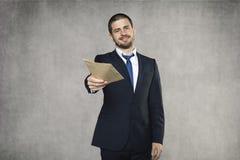Бизнесмен дает взятку стоковое фото
