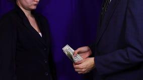 Бизнесмен дает деньги взяткой, коррупцию видеоматериал