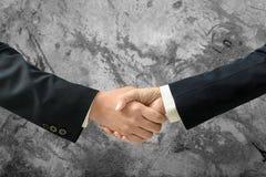 Бизнесмен Азии и рукопожатие коммерсантки для того чтобы сделать дело и пустую стену для текста и предпосылки Стоковая Фотография RF