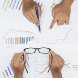 Бизнесмен анализируя диаграммы вклада с курсовым бюллетенем фондовой биржи Стоковое фото RF