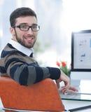 Бизнесмен анализируя финансовые диаграммы на компьютере Стоковое фото RF