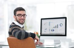 Бизнесмен анализируя финансовые диаграммы на компьютере Стоковая Фотография