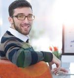 Бизнесмен анализируя финансовые диаграммы на компьютере Стоковая Фотография RF